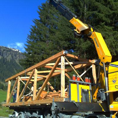 Transport der vorgefertigten Teile zur Baustelle